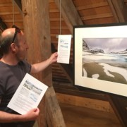 Lorenz Andreas Fischer beim Aufhängen seiner Bilder.